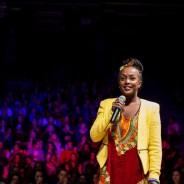 Presenterar Niki Tsappos som host i Stockholm